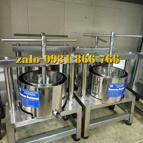 Manual coconut juice extractor